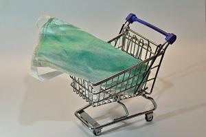 Atemschutzmaske liegt im Einkaufswagen